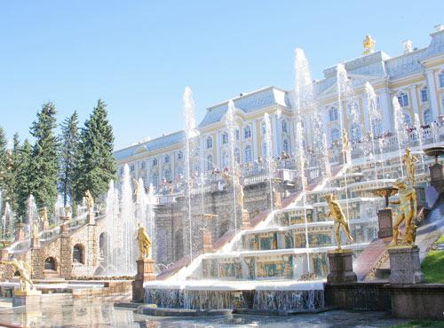 Когда включают фонтаны в Петергофе?